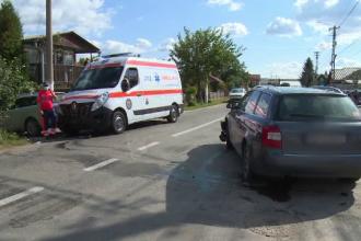 Accident între o ambulanță și două mașini, în Dâmbovița. Șoferii au variante diferite ale incidentului