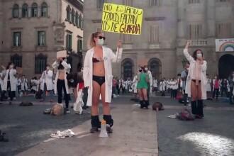 VIDEO. Proteste extreme în Spania. Medicii s-au dezbrăcat în piață, ca să atragă atenția