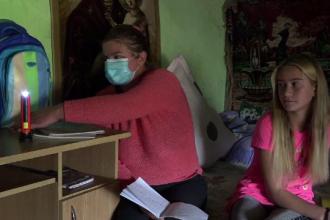 Un sfert dintre copiii din România nu au acces la educație online din cauza sărăciei. Temele, făcute la lanternă