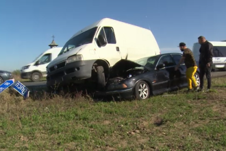 Accident spectaculos între București și Târgoviște. O dubă a ajuns peste o mașină în urma impactului