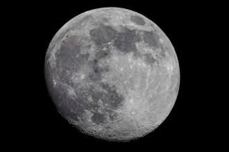 NASA a descoperit pentru prima dată apă pe faţa vizibilă a Lunii