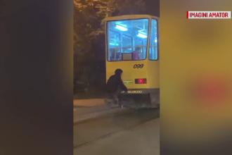 Gest inconștient la Ploiești: A mers agățat de tramvai