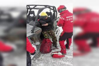 Salvamontiști, jandarmi și un polițist au intervenit după ce un turist s-a lovit la deget pe munte