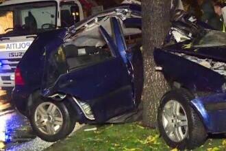 Accident în București cu un șofer de doar 18 ani. Mașina s-a rupt în două, în urma impactului