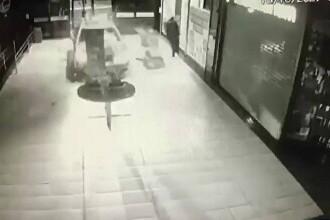 Video. Un șofer din Brazilia a intrat cu mașina în mijlocul unui centru comercial