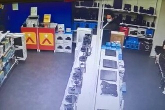 O femeie a fost filmată când a dat foc într-un magazin dintr-un mall din București. VIDEO