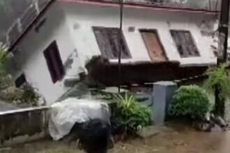 Momentul în care o casă este înghițită cu totul de un râu. 26 de oameni au murit, după inundațiile din India. VIDEO