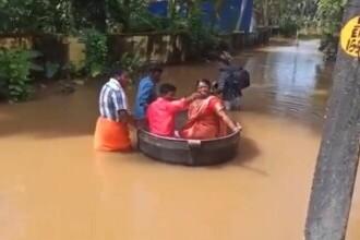 VIDEO Doi miri din India au mers spre nuntă, pe străzile inundate, cu ajutorul unei oale de gătit imense