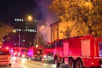 Un imobil plin de gunoaie din Capitală a luat foc. Flăcările au ajuns la o casă în care se aflau un copil și mama sa