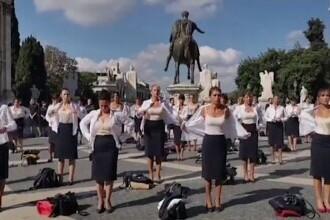 Protest inedit la Roma. Fostele stewardese de la Alitalia s-au dezbrăcat în centrul capitalei în semn de protest