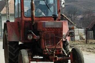 Un bărbat din Neamț a murit după ce a încercat să oprească un tractor care o luase la vale