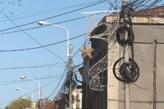 În Galați au fost montate luminițele pentru Crăciun, deși toamna nu s-a încheiat. Explicațiile autorităților