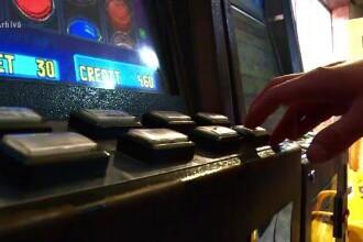 După ce a pierdut banii la păcănele, un tânăr a furat încasările sălii ca să joace în altă parte