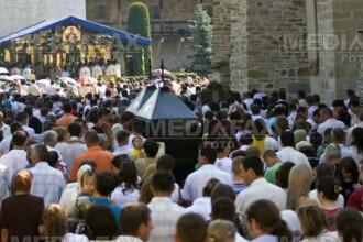 Mii de pelerini s-au rugat la mormantul parintelui Arsenie Boca, de hramul Manastirii Prislop