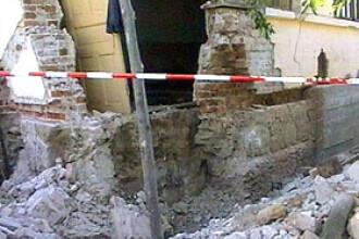 Copila strivita de un perete intr-o gospodarie din Bacau!