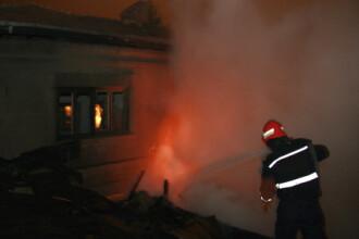 Casa de vacanta a unei familii din Sibiu a ars din temelii
