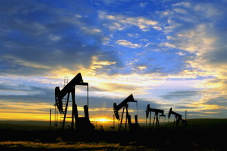 Criza financiara se agraveaza, pretul petrolului scade