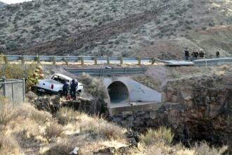Au sfidat moartea! Doi tineri au cazut cu masina intr-o rapa de zece metri
