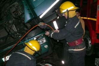 Pericol urias pe DN1! Un camion cu acid clorhidric s-a rasturnat