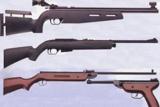 Arme modificate artizanal si ascunse in hambarele cu harna pentru animale