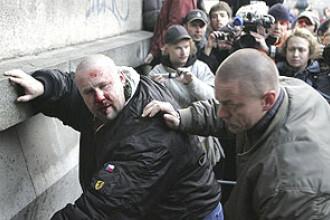 Orasul Napoli asaltat de adevarate lupte de strada