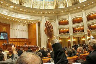 Functionarii publici cer majorarea salariilor cu 50%