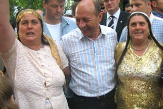 Basescu, despre romi: Nu mai platim alocatiile daca nu duc copiii la scoala