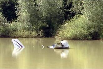 Au cazut cu avionul intr-un lac, au scapat cu viata, iar apoi au fugit!