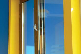 Furau geamuri si usi din termopan ca sa-si amenajeze propriile locuinte!