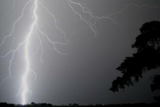 O ploaie torentiala a adus numai probleme: un om a murit lovit de fulger, iar un acoperis a luat foc