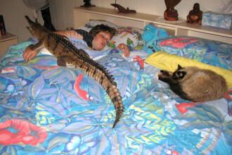 Sta in casa cu trei crocodili! Uite cum dorm in pat cu fiul ei!