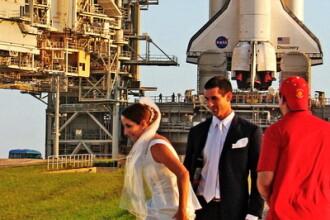 Incredibil. Si-au facut nunta langa racheta Discovery, in baza NASA