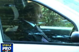 Traian Basescu cu Loganul la stop. Fumeaza si da telefoane