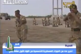 Imagini SOCANTE din Yemen: soldatii mananca serpi vii la antrenamente. VIDEO