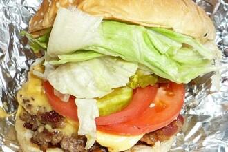 VIDEO. Asa arata burgerul preferat al americanilor. McDonalds si Burger King au prins cu greu top 5