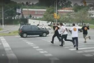 Clipul zilei. Cum este pus la respect un sofer care opreste la semafor pe trecerea de pietoni. VIDEO