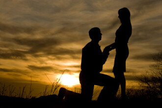 Tanara nici nu si-a dat seama ca iubitul ei o cere in casatorie. Ce surpriza i-a facut