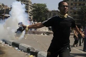 Un manifestant a murit si 53 de politisti au fost raniti in violentele antiamericane din Cairo