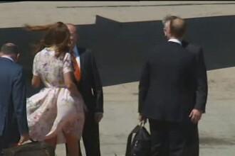 Ghinionul se tine scai de ducesa de Cambridge. Cat pe ce sa ramana in lenjerie intima la aeroport