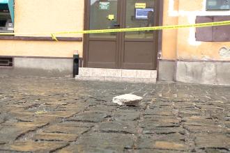 Mai multe bucati de tencuiala au cazut de pe o cladire istorica din Piata Traian.Zona a fost izolata