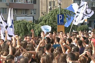 Parada elevilor din Capitala: scandari ca pe stadion si amenzi usturatoare pentru petarde fumigene
