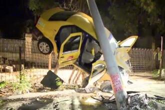 Accident spectaculos. Un taxi s-a rasucit in aer, a aterizat peste un gard si a daramat un stalp