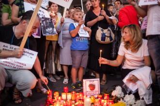 Protest anti maidanezi in Capitala. Zeci de oameni au aprins lumanari in strada pentru Ionut