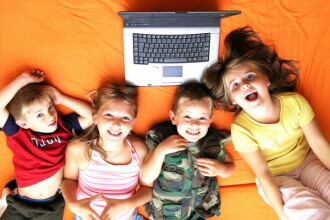 Afla cum iti feresti copilul de pericolele internetului