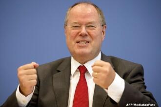 Peer Steinbrück, rivalul lui Merkel, socheaza Germania cu un gest obscen inainte de alegeri