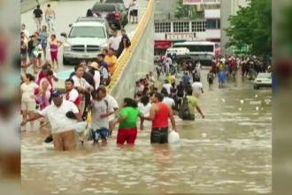 Turistii din Acapulco, disperati sa plece din calea apelor. O furtuna si un uragan au lovit Mexicul