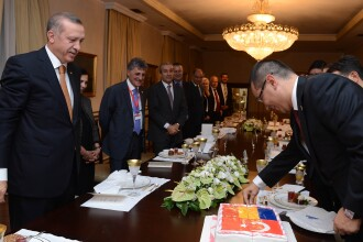 Premierul turc i-a daruit lui Ponta un tort si a chemat o formatie care i-a cantat
