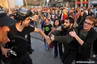 Proteste violente in Istanbul. Un om a murit impuscat in cap, de politie, in timp ce se afla la funeraliile unei rude