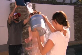 Singura vedeta din SUA care a renuntat la haine inainte sa accepte provocarea Ice Bucket Challenge. Imaginile, difuzate la TV