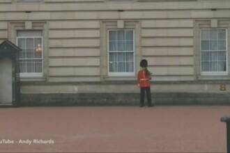 Gestul care i-a adus o sanctiune disciplinara unui soldat din Garda Reginei Elisabeta a II-a. Turistii s-au amuzat. VIDEO